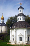 Den härliga gammala kyrkan med trä taklägger Arkivbild