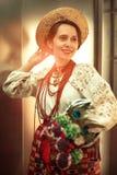 Den härliga gladlynta flickan i traditionell ukrainare beklär embro royaltyfria foton