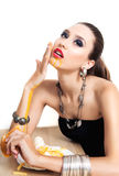 Den härliga glamourkvinnan äter snabbmat Royaltyfria Bilder