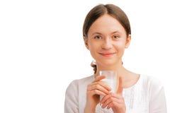 den härliga glass holdingen mjölkar kvinnan Arkivbild