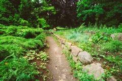Den härliga gränden parkerar in Trädgårds- landskap design royaltyfri bild