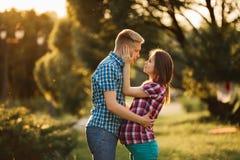 Den härliga gravida kvinnan och mannen kopplar ihop förälskat Arkivbilder