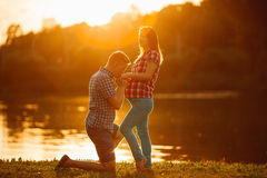 Den härliga gravida kvinnan och mannen kopplar ihop förälskat Royaltyfria Foton