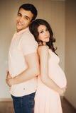 Den härliga gravida kvinnan och mannen kopplar ihop förälskat Royaltyfria Bilder