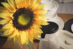 Den härliga gula konstgjorda solrosen blommar på köksbordet Royaltyfri Foto