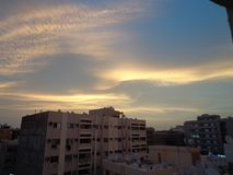 Den härliga guld- blåa himlen royaltyfri fotografi
