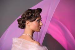 den härliga gulliga frisyren låser model ståendeprofilbröllop Royaltyfri Fotografi