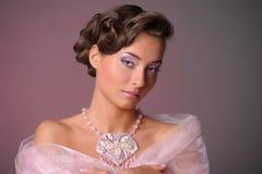 den härliga gulliga frisyren låser model ståendeprofilbröllop Arkivfoto