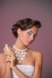 den härliga gulliga frisyren låser model ståendeprofilbröllop Arkivfoton