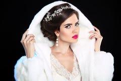 den härliga gulliga frisyren låser model ståendeprofilbröllop Vinterflicka i modepälslag makeup Royaltyfria Bilder