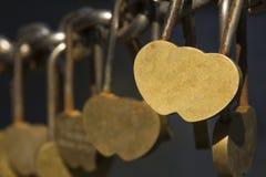 Den härliga hänglåset i formen av en valentin för helgon för hjärtaförälskelseför evigt till död avskiljer dem som är trevliga Royaltyfria Bilder