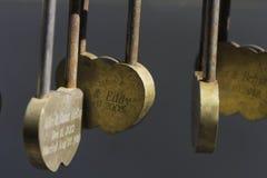 Den härliga hänglåset i formen av en valentin för helgon för hjärtaförälskelseför evigt till död avskiljer dem som är trevliga Arkivfoton