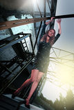 Den härliga högväxta flickan på fördärvar bakgrundstechno Arkivbild