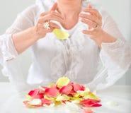 Den härliga handen med perfekt fransk manikyr på behandlat spikar hol Royaltyfria Bilder
