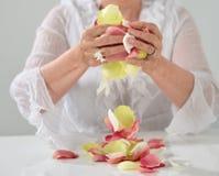 Den härliga handen med perfekt fransk manikyr på behandlat spikar hol Royaltyfri Bild