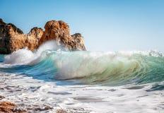 Den härliga havssikten med den hemliga sandiga stranden bland vaggar och klippan Royaltyfri Fotografi