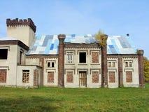 Den härliga herrgården i parc med den gamla porten Fotografering för Bildbyråer