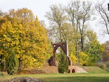 Den härliga herrgården i parc med den gamla porten Arkivbild