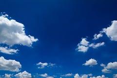 Den härliga himlen med vita moln Arkivfoton