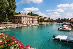 Den härliga historiska hamnen av Peschiera del Garda royaltyfri bild