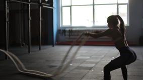 Den härliga idrotts- kvinnan som utarbetar med rep, boxas hobby för aktivitet för livsstil för sportar för motivation för idrotts lager videofilmer
