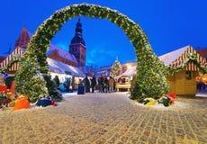 Den härliga ingången till julen marknadsför i Riga Royaltyfri Bild