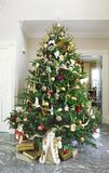 den härliga julen dekorerade treen Arkivfoton