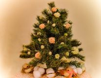 Den härliga julgranen, dekorerade med nya blommor, och festligt mousserar fotografering för bildbyråer