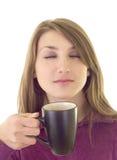 den härliga kaffekoppen tycker om flickan Arkivfoton