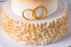 Den härliga kakan för den 50th årsdagen av bröllopet dekorerade med guld- bollar och cirklar Begrepp av festliga efterrätter Royaltyfri Foto