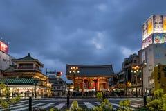 Den härliga Kaminarimon porten i ljuset av den blåa timmen, Asakusa, Tokyo, Japan royaltyfri foto