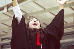Den härliga kandidaten avlägger examen kvinnaleendeståenden fotografering för bildbyråer