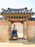 Den härliga koreanska kvinnan klädde Hanbok, koreansk traditionell klänning, i den Gyeongbokgung slotten Royaltyfri Foto