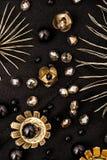 Den härliga kristallen pryder med pärlor med guld- blommor på svart tyg Royaltyfri Fotografi