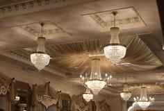 Den härliga kristallkronan smyckar taket av restaurangen arkivfoto