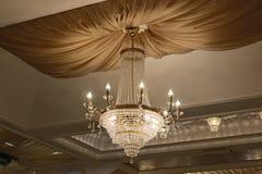 Den härliga kristallkronan smyckar taket av restaurangen arkivbilder