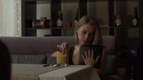 Den härliga kvinnabloggeren som pratar i samkväm, knyter kontakt vid minnestavladatoren stock video