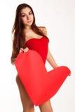 Den härliga kvinnan är hållande stor pappers- röd hjärta Arkivfoto