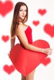Den härliga kvinnan är hållande stor pappers- röd hjärta Arkivbilder