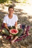 den härliga kvinnan äter waretmelon royaltyfri foto