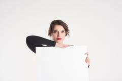 Den härliga kvinnan annonserar fotografering för bildbyråer