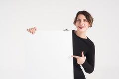 Den härliga kvinnan annonserar royaltyfria bilder