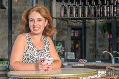 Den härliga kvinnan använder en smartphone Royaltyfri Bild