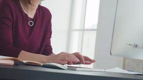Den härliga kvinnan arbetar i regeringsställning och snabbt att skriva på tangentbordet stock video