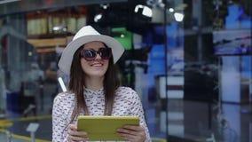 Den härliga kvinnan arbetar med minnestavlaPC:n som utanför står stock video
