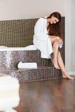 Den härliga kvinnan att bry sig om ben efter bad lång kvinna för ben Fotografering för Bildbyråer