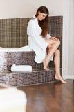 Den härliga kvinnan att bry sig om ben efter bad lång kvinna för ben Royaltyfri Fotografi