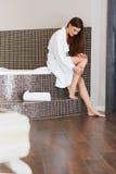 Den härliga kvinnan att bry sig om ben efter bad lång kvinna för ben Royaltyfria Foton