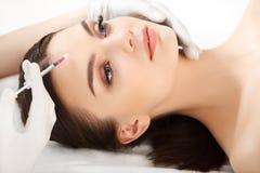 Den härliga kvinnan får injektioner. Cosmetology. Skönhetframsida Arkivfoton