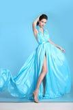 Den härliga kvinnan för högt mode i blått klär att posera i studio Gla royaltyfri fotografi